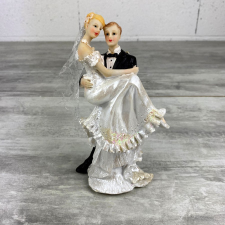 Groom carrying the bride, in resin, height 18 cm, figurines for wedding cake